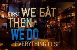 In primo luogo ci mangiamo poi facciamo tutto il resto immagini stock