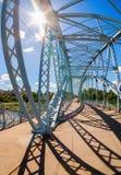 In primo luogo in ponte di arco d'acciaio della Russia sul fiume Msta Immagini Stock Libere da Diritti
