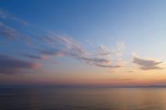 Primo mattino all'alba del giorno con un overlookin blu calmo del mare Fotografia Stock