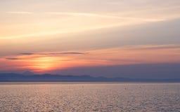 Primo mattino all'alba del giorno con un overlookin blu calmo del mare Immagine Stock