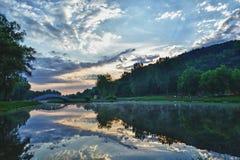 Primo mattino alla riva del lago Immagine Stock