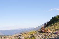 Primo mattino che fa un'escursione nelle alte montagne Fotografie Stock Libere da Diritti
