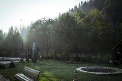 Primo mattino con il raggio di sole e la nebbia Fotografie Stock Libere da Diritti