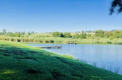 Primo mattino del lago con le ombre fotografie stock