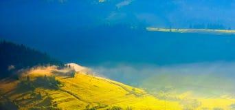 Primo mattino del paesaggio della montagna carpatica Fotografia Stock