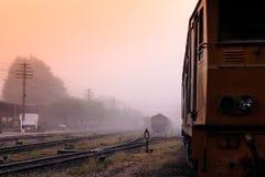 primo mattino della stazione ferroviaria nell'inverno. Fotografia Stock