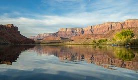 Primo mattino delle travi del fiume Colorado vicino al traghetto di Lees, AZ fotografia stock