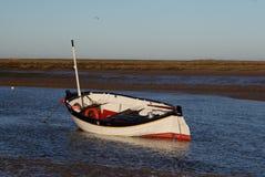 Primo mattino, maree fuori, vecchia scena della barca Fotografie Stock Libere da Diritti