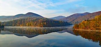 Primo mattino nel lago Ruzin, Slovacchia fotografia stock libera da diritti