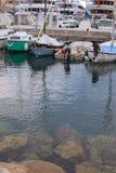 Primo mattino nel porto del Monaco Barche e yacht attraccati al pilastro Fotografia Stock