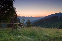 Primo mattino nelle montagne, prima dell'alba Fotografia Stock Libera da Diritti