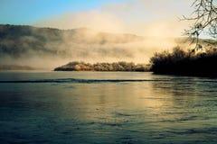 Primo mattino su un piccolo ma molto bello fiume fotografia stock