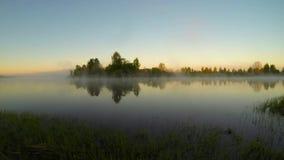 Primo mattino sul fiume, nel villaggio video d archivio