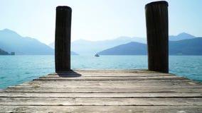 Primo mattino sul lago Lucerna in Svizzera Nei precedenti una piccola nave sta galleggiando archivi video