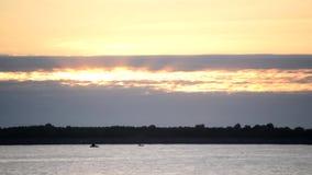 Primo mattino sul lago o sul fiume Lasso di tempo archivi video