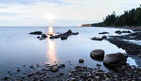 Primo mattino sulla riva del lago Ladoga Immagini Stock Libere da Diritti