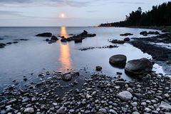 Primo mattino sulla riva del lago Ladoga Fotografie Stock