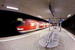 Primo mattino vuoto della stazione con il treno Fotografia Stock Libera da Diritti