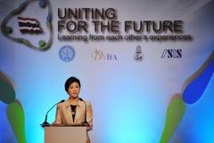 Primo Ministro tailandese Yingluck Shinawatra Speaks ad un forum di riconciliazione Immagine Stock