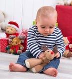 Primo Natale - bambino con i presente nel fondo Fotografie Stock Libere da Diritti