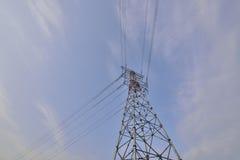 Primo piano ad alta tensione della torre di energia elettrica! Immagine Stock