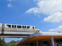Primo piano ad alta velocità del treno della monorotaia Immagine Stock