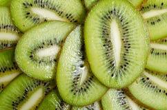 Primo piano affettato del kiwi della frutta tropicale su fondo bianco Fotografie Stock Libere da Diritti