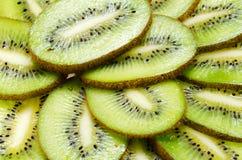 Primo piano affettato del kiwi della frutta tropicale su fondo bianco fotografia stock libera da diritti