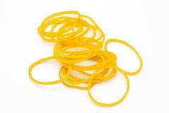 Primo piano al mucchio dell'elastico giallo, isolato Immagine Stock