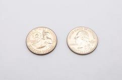 Primo piano al simbolo degli Stati Uniti d'America sulla moneta del dollaro quarto su fondo bianco Fotografie Stock