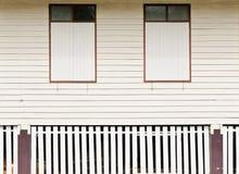 Primo piano alle finestre di vecchia casa Fotografia Stock