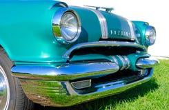 Primo piano antico 1955 del cappuccio dell'automobile di Pontiac del classico Fotografie Stock