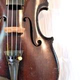 Primo piano antico del violino contro bianco, immagine quadrata fotografie stock