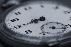 Primo piano antico dell'orologio Fuoco selettivo immagini stock libere da diritti