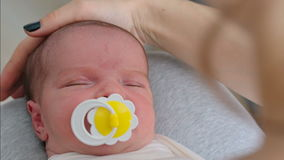 Primo piano appena nato del bambino video d archivio