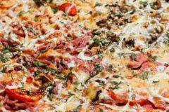 Primo piano appetitoso della pizza del fondo che riempie la struttura immagine stock