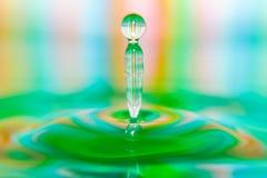 Primo piano astuto della spruzzata variopinta della goccia di acqua fotografia stock