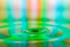 Primo piano astuto della spruzzata variopinta della goccia di acqua immagini stock