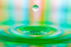 Primo piano astuto della spruzzata variopinta della goccia di acqua fotografia stock libera da diritti