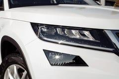Primo piano automobilistico bianco moderno ed elegante del faro dell'automobile con lo spazio della copia Faro bianco dell'automo immagini stock
