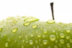 Primo piano bagnato della mela Immagini Stock
