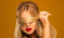 Primo piano Bella bionda con la posa lunga dei capelli Fotografia Stock Libera da Diritti