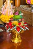 Primo piano a bello riso tailandese che offre nella credenza di Hinduismo e di buddismo immagine stock
