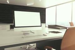 Primo piano bianco in bianco dello schermo di computer Fotografia Stock
