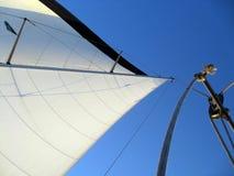 Primo piano bianco delle vele nell'orizzonte blu fotografie stock