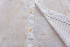 Primo piano bianco sporco ed arrugginito della camicia Fotografia Stock Libera da Diritti