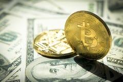 Primo piano Bitcoins sulla banconota del dollaro; Concetto di Crytocurrency Immagini Stock Libere da Diritti