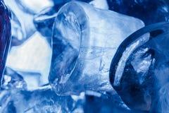 Primo piano blu dei cubi di ghiaccio Immagini Stock