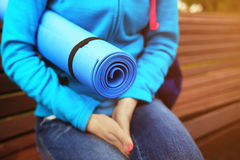 Primo piano blu della stuoia di forma fisica della tenuta della donna Fotografia Stock Libera da Diritti