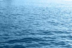 Primo piano blu della superficie dell'onda dell'acqua di mare fotografia stock